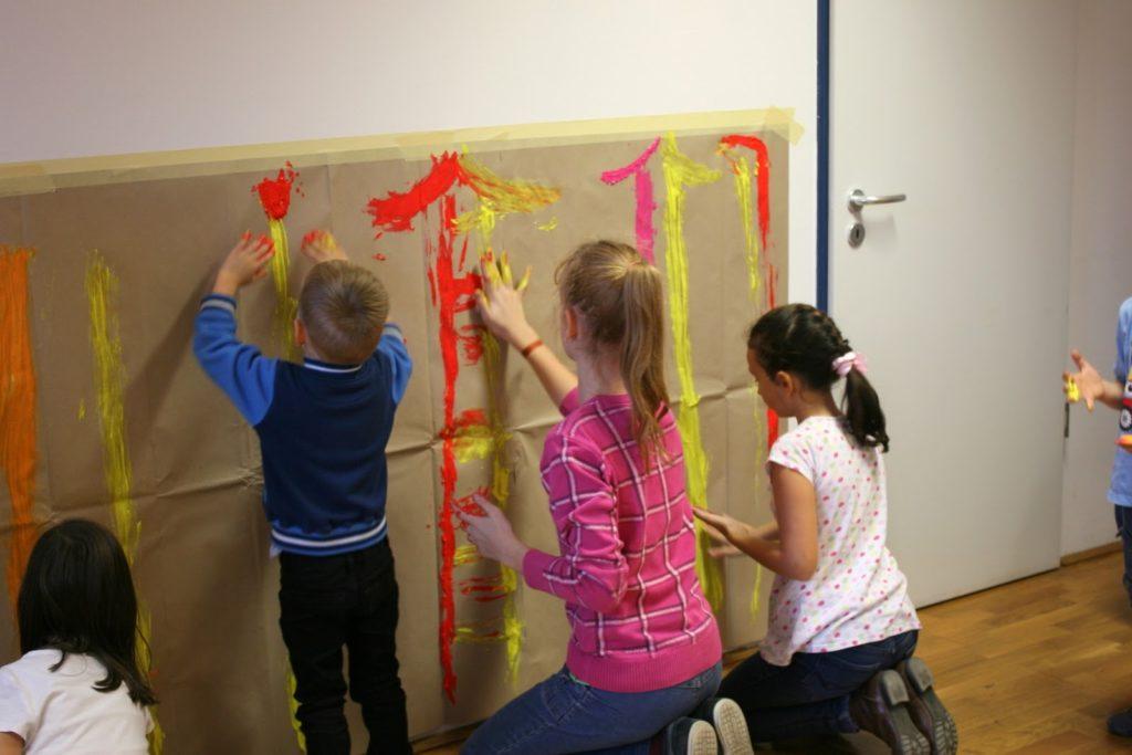 gyerekek alkotnak a gyermek tánc műhelyen